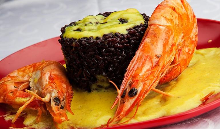 Riso-nero-con-gamberoni-e-crema-al-curry
