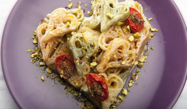 Cuoricini con brie granella di pistacchi e pomodori