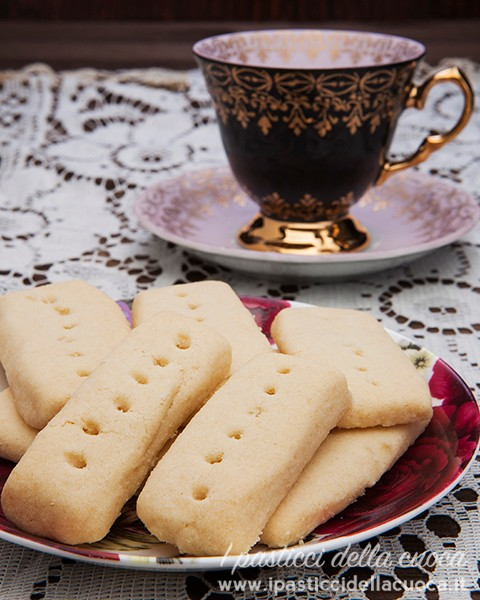 Piattino con biscotti in primo piano
