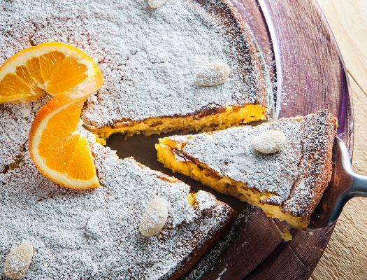 Torta con fetta tagliata