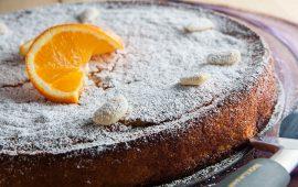 Torta sefardita intera decorate con fetta arancia e mandorle
