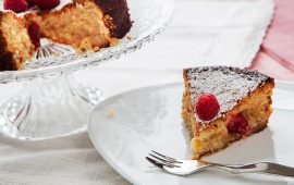 Sullo-sfondo-torta-caprese-bianca-in-primo-piano-fetta-di torta