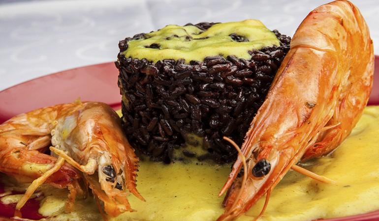 Riso nero con gamberoni e crema al curry