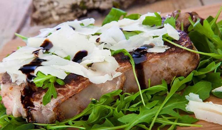 fiorentina-con-rucola-raspadura-glassa di aceto balsamico