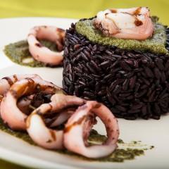 riso-nero-con-calamari-e-pesto-vicino