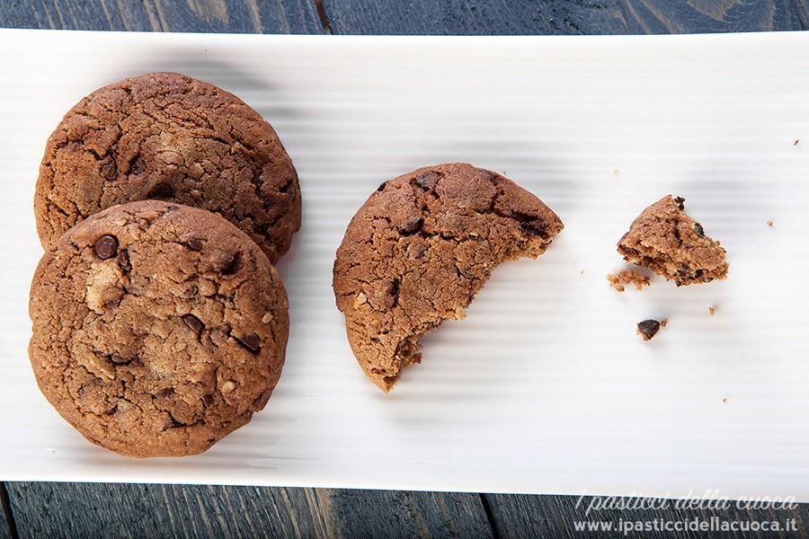 biscotti-con-gocce-di-cioccolato-alto