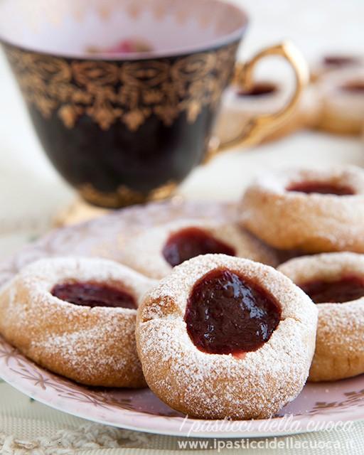 Biscotti degli ussari con tazza nera