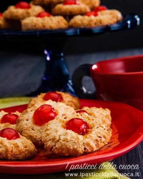 Petit four_biscotti con ciliegina rossa
