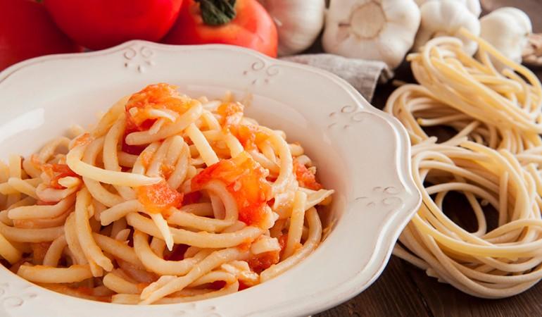 Pici-al-aglione_con pomodori e aglio