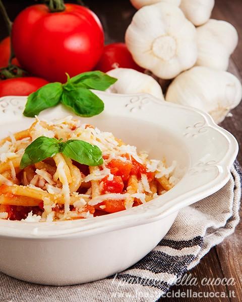 Pici-al-aglione_basilico e pomodori