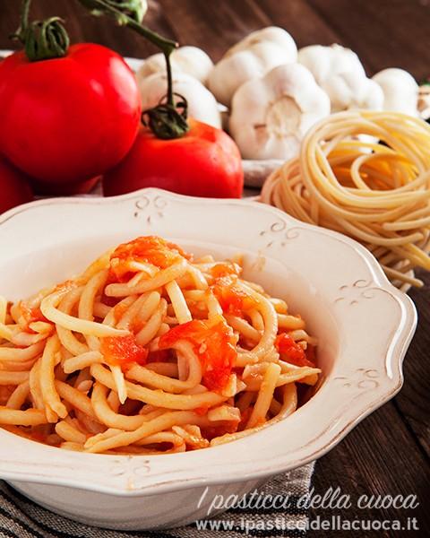 Pici-al-aglione_aglio e pomodori sullo sfondo