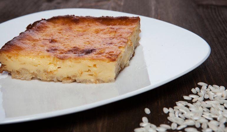 Fetta di torta con base di riso e caramello