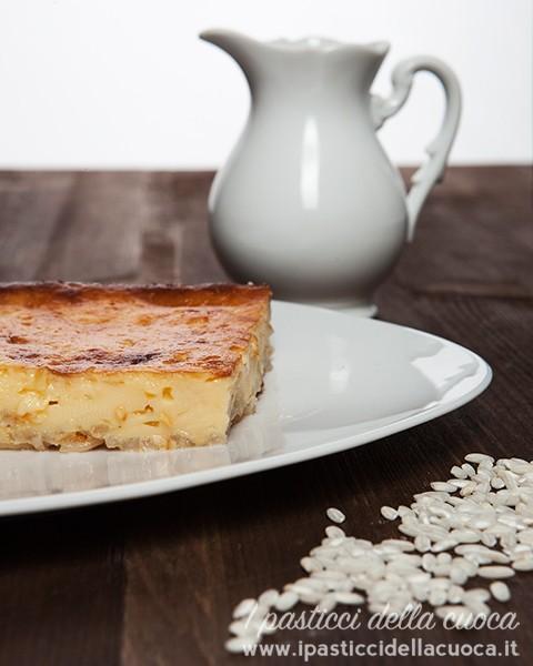 Fetta di torta di Carrara con bricco di latte