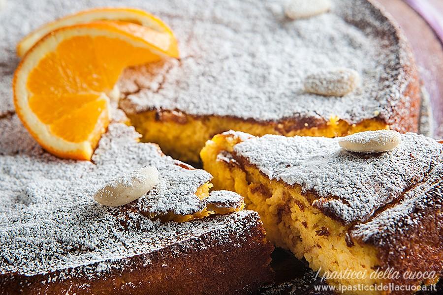 Fetta di torta con arance e mandorle