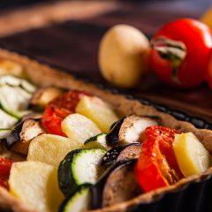 crostata salata con melanzane, zucchine, pomodorini e patate