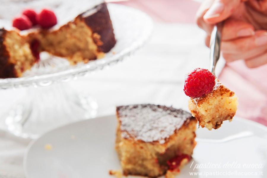 Torta-caprese_mano-che-tiene-la-forchetta