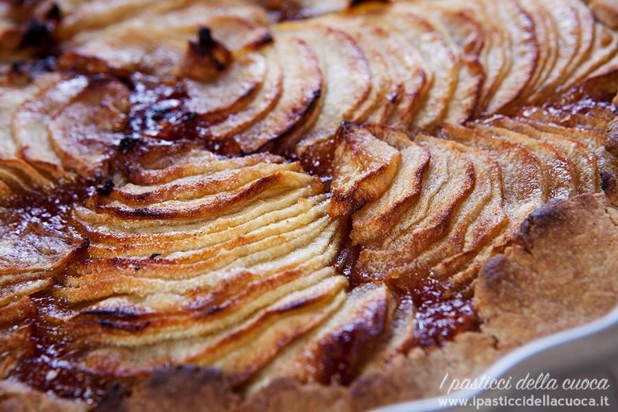 Torta di mele con frolla alle castagne vista da vicino