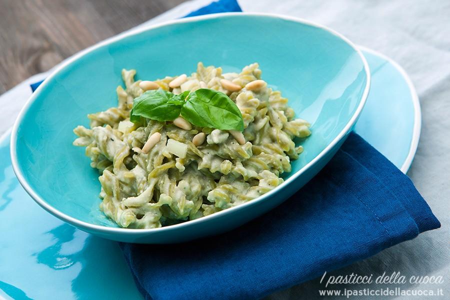 Pasta-con-pesto-di-melanzane_piatto azzurro