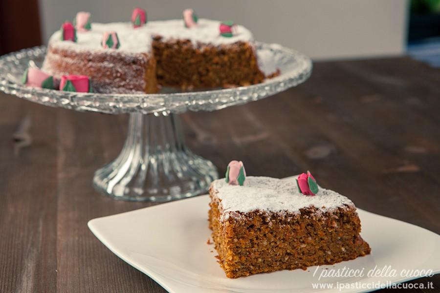Torta-e-fetta-di-torta-di-carote-senza-glutine