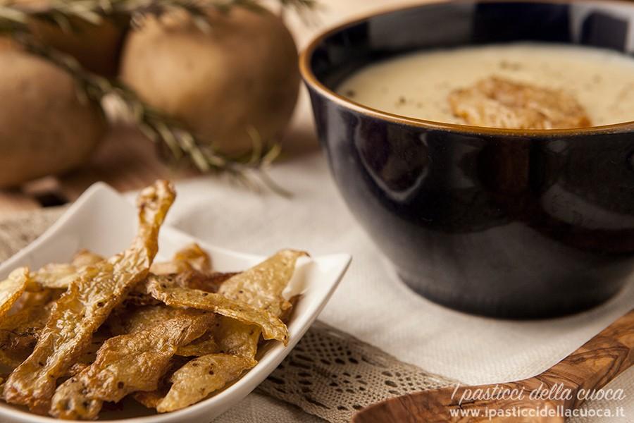 Vellutata di patate con bucce di patate fritte