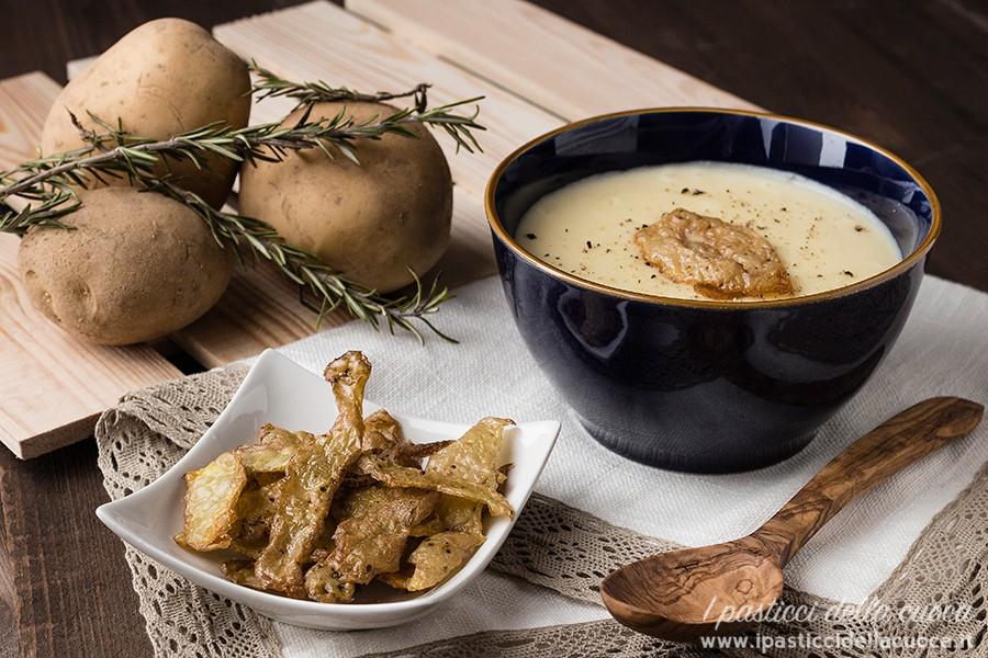 Vellutata di patate, sullo sfondo patate e rosmarino
