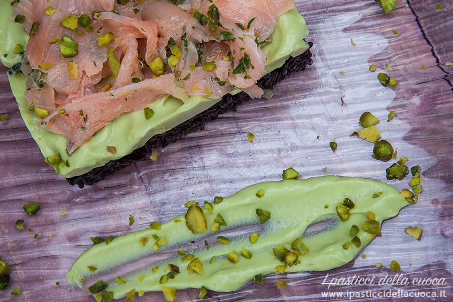 Riso-venere-con-avocado-e-salmone_dall_alto