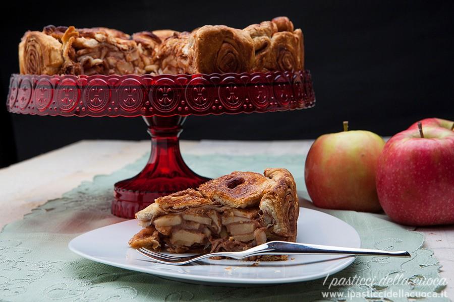 Torta di mele e cannella con fetta di torta