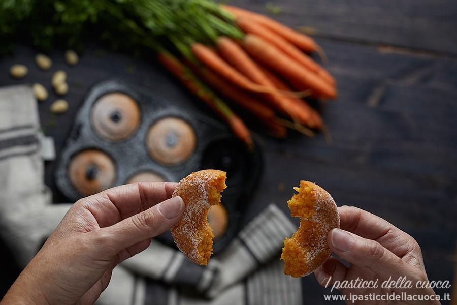 ciambelline-alle-carote-senza-glutine-tenuta-in-mano