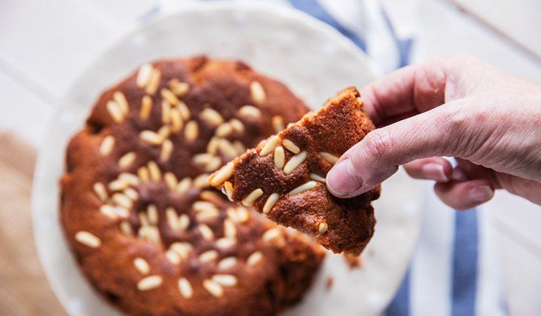 Torta-di-castagne_Fetta-di-torta-in-mano