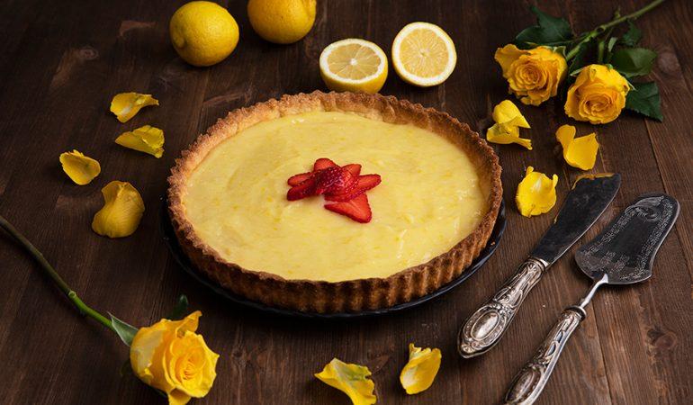 Crostata-al-limone_con rose gialle