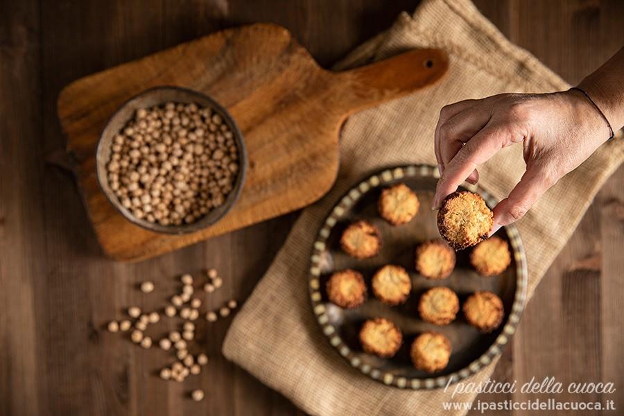 Biscottini-con-i-ceci_con-mano