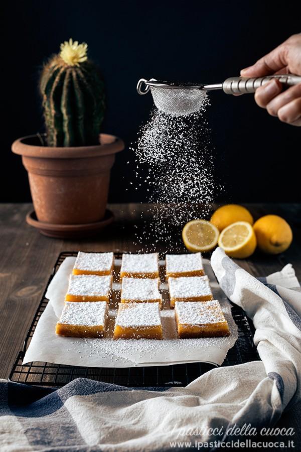 dolcetti-al-limone_con-zucchero-a-velo-che-cade
